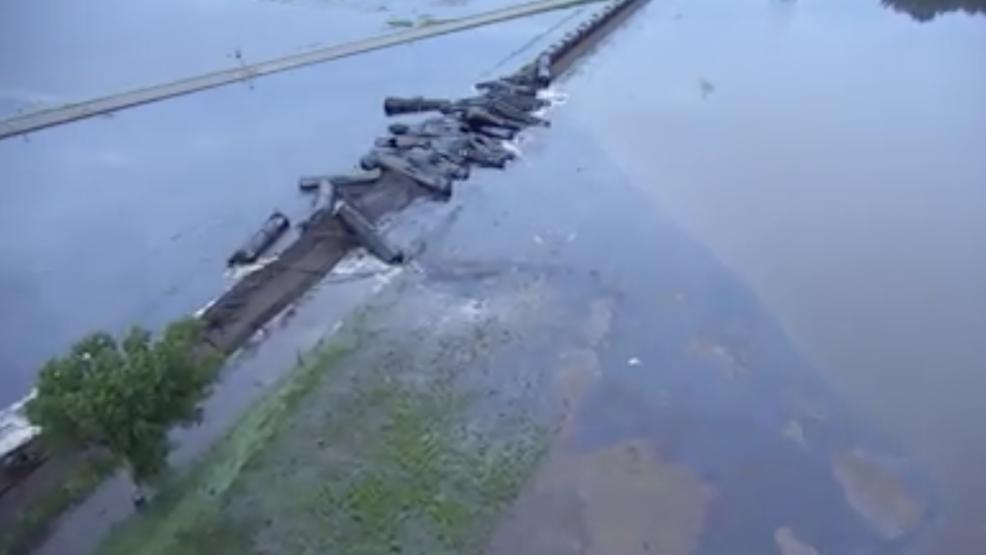 Alberta train derails in Iowa, leaking oil into swollen river