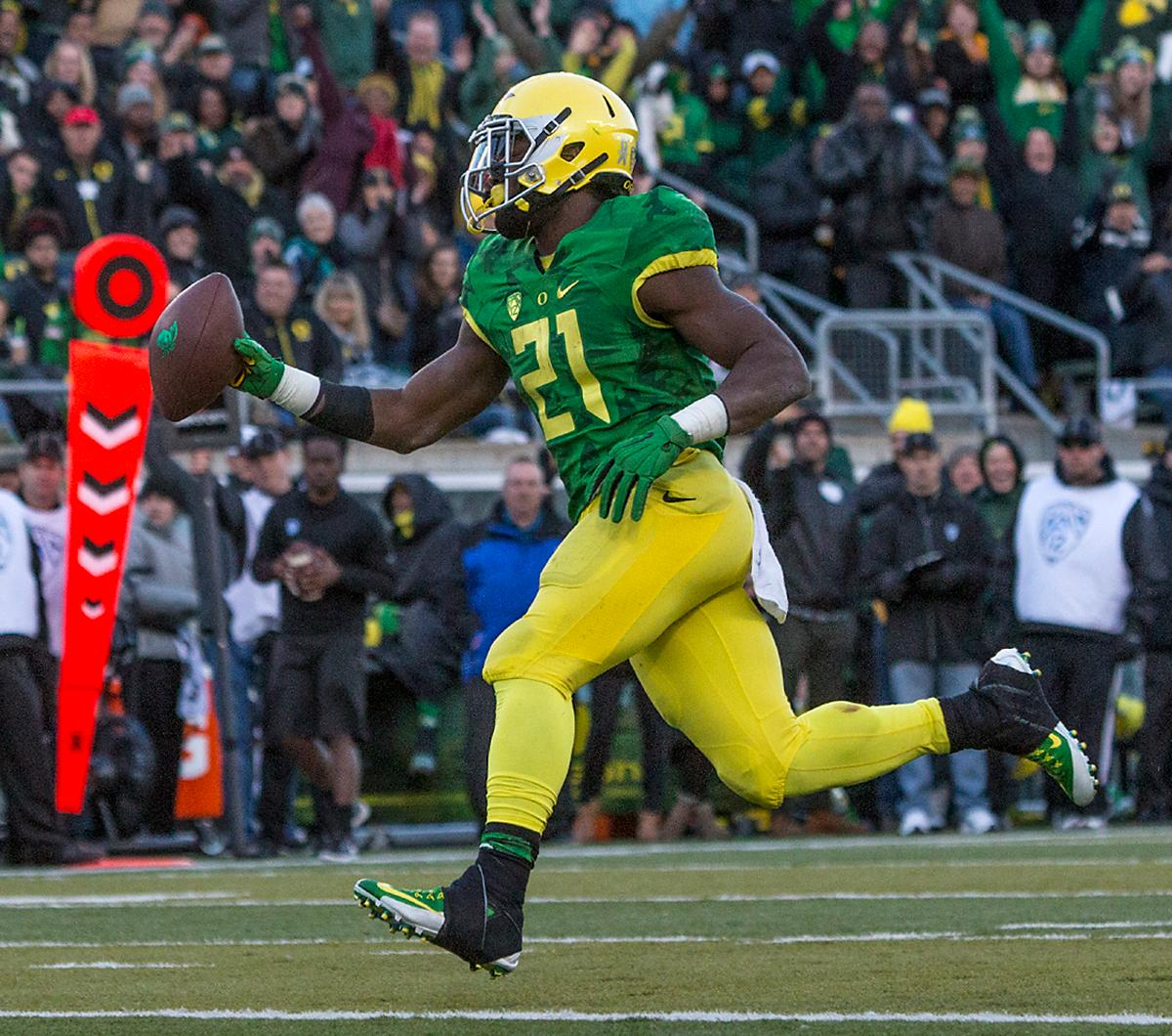 Oregon Ducks Royce Freeman (#21) scores his second touchdown of the game during the third quarter. The Oregon Ducks beat the Oregon State Beavers 52-42 in the 119th Civil War for the eighth year in a row at Autzen Stadium on Friday afternoon. Katie Pietzold, Oregon News Lab
