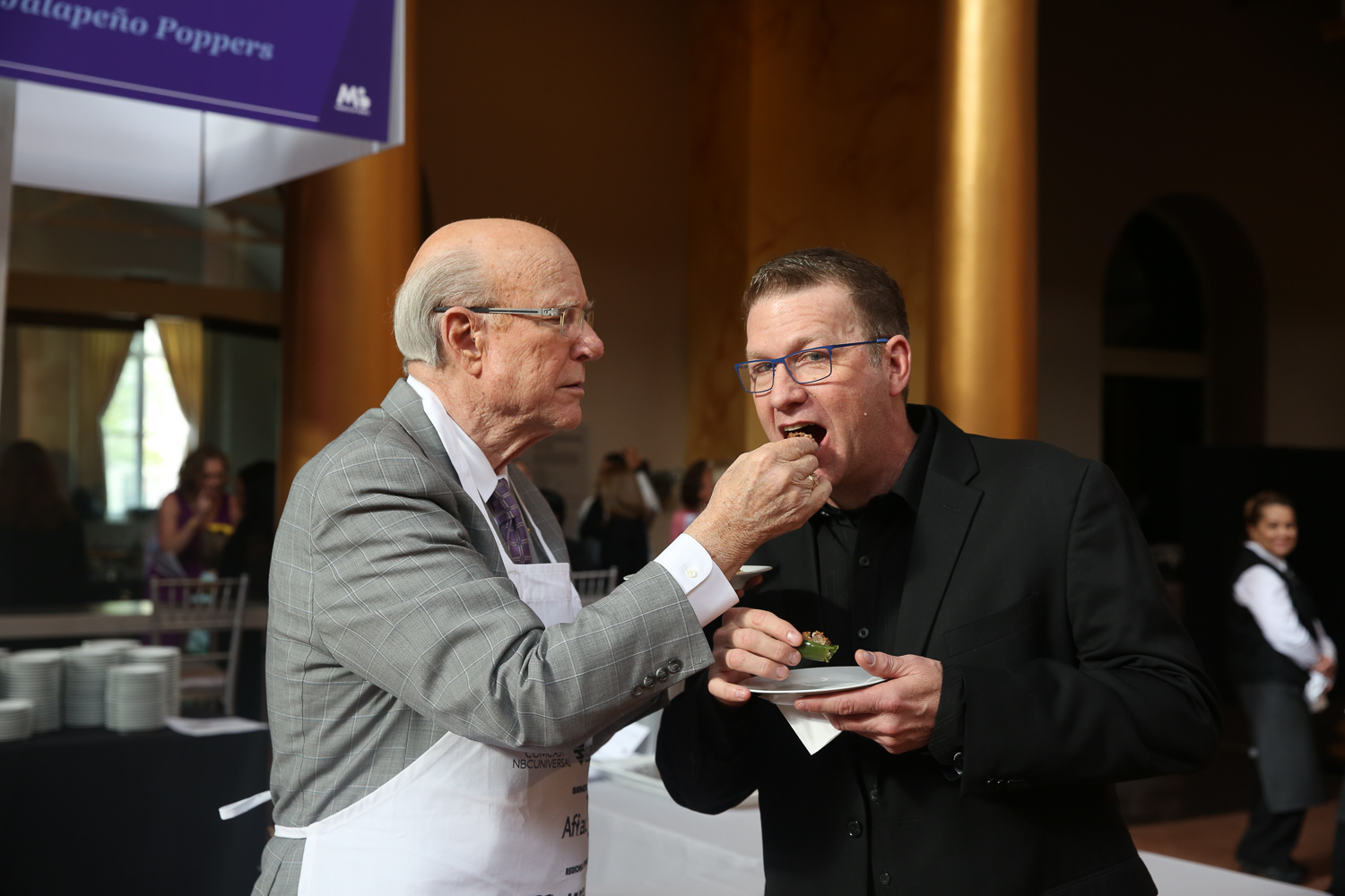Sen. Pat Roberts feeds a judge his Kansas Jalepeno poppers. (Amanda Andrade-Rhoades/DC Refined)