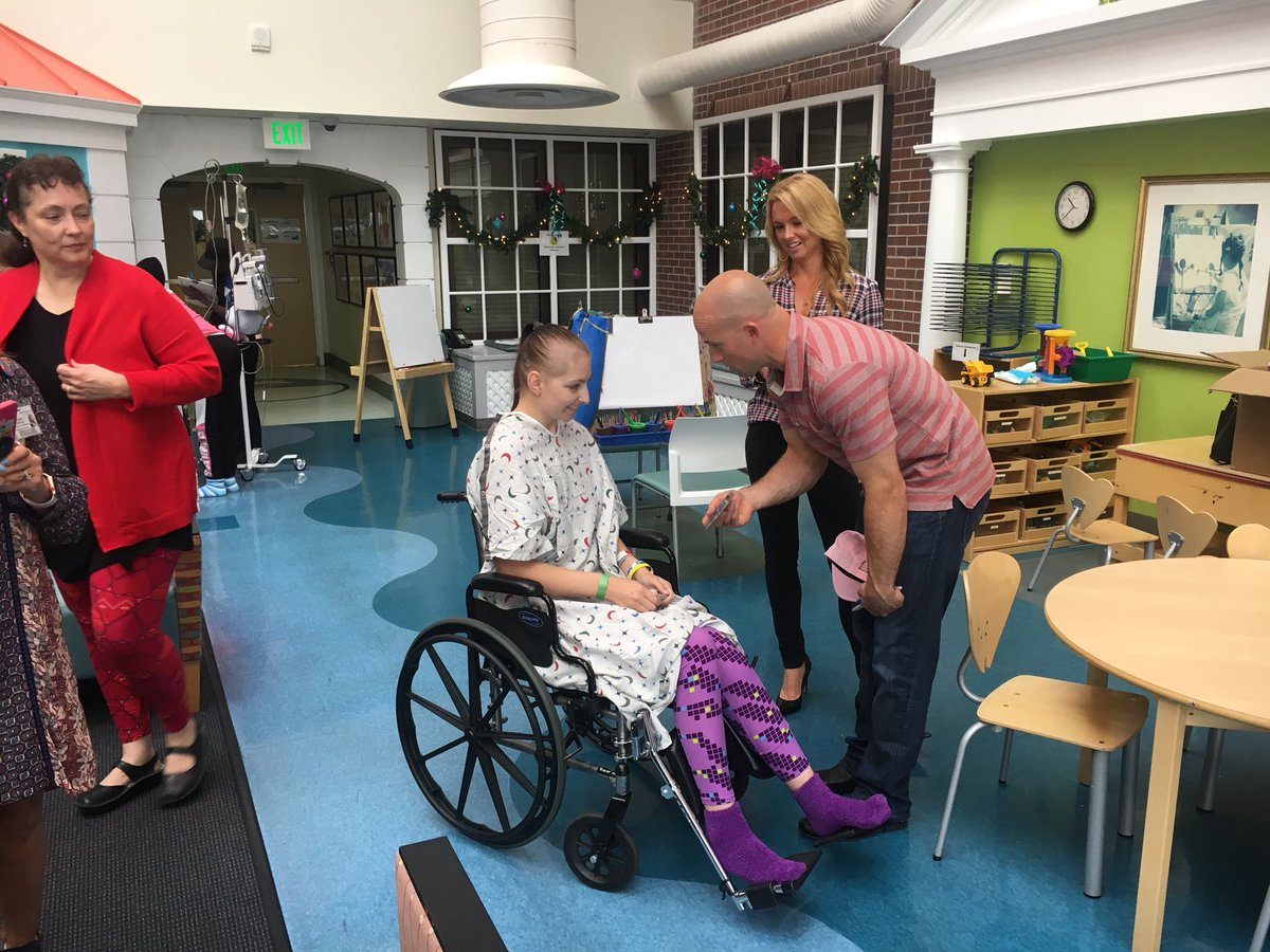 Brett Gardner with patient at MUSC (Courtesy: Twitter/@MUSCPR)