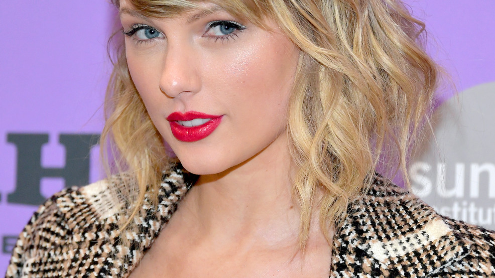 """Taylor Swift returns to ACM Awards for """"Folklore"""" premiere"""