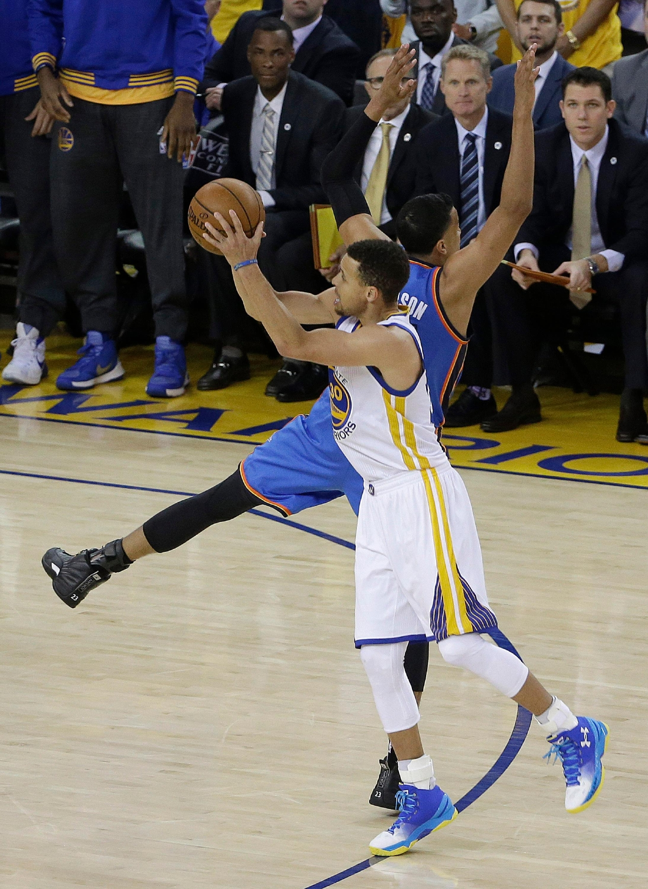 Golden State Warriors guard Stephen Curry, foreground, shoots a 3-point basket against Oklahoma City Thunder guard Andre Roberson during the first half of Game 5 of the NBA basketball Western Conference finals in Oakland, Calif., Thursday, May 26, 2016. (AP Photo/Jeff Chiu)
