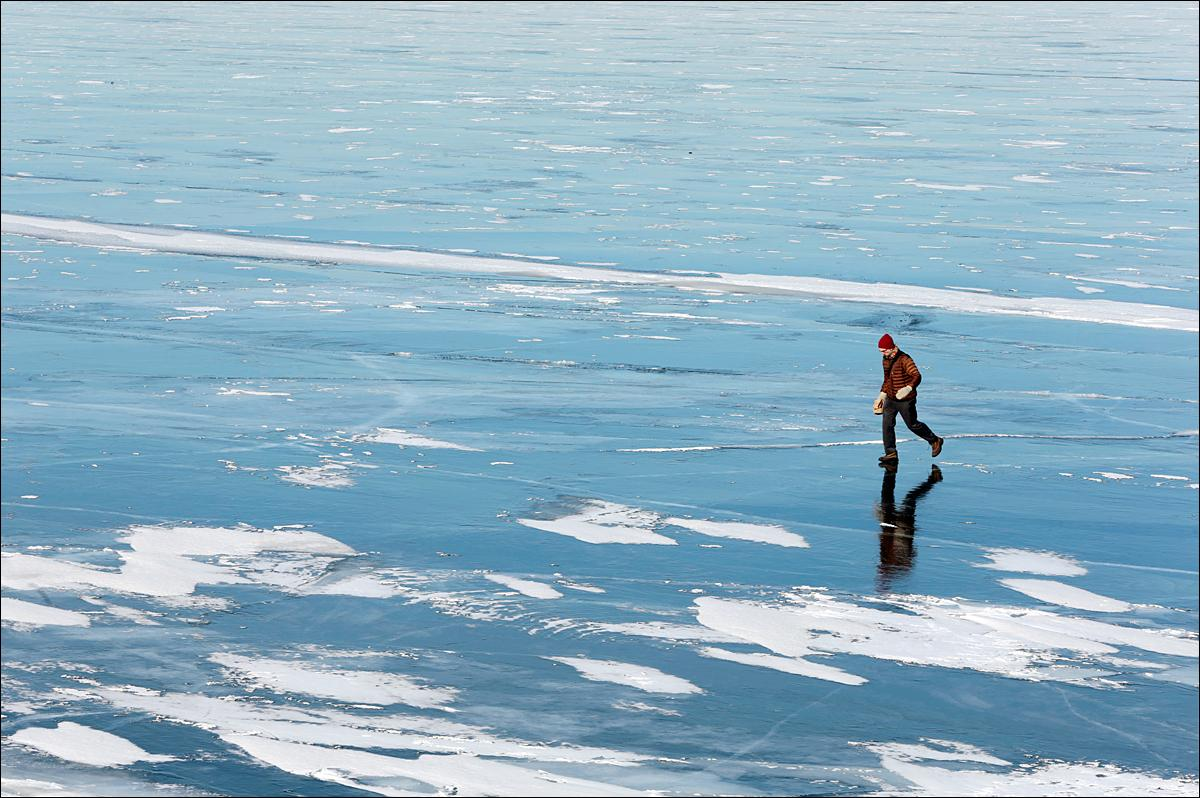 University of Wisconsin-Madison employee Ray Spiess walks to his office with his lunch across frozen Lake Mendota, Tuesday, Jan. 19, 2016, in Madison, Wis. (Michael P. King/Wisconsin State Journal via AP) MANDATORY CREDIT