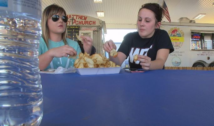Macy Smith and Kamber Higgins enjoy fair food. (KVII, Niccole Caan)