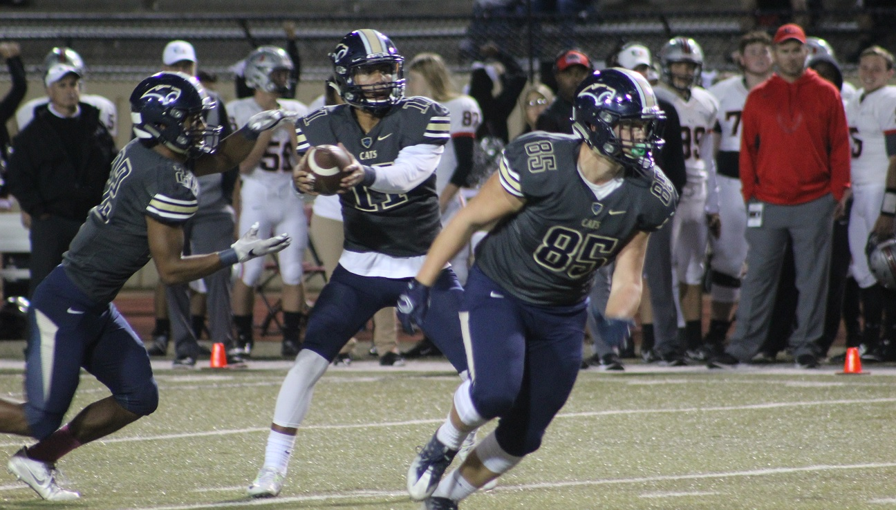Southmoore quarterback Casey Thompson hands off to Rae'Quan Wicks in the game against Tulsa Union on Thursday, Oct. 20, 2016 (Ivan Gibson KOKH)