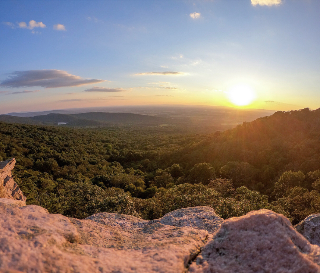 Annapolis Rock is another stellar Maryland hike. Although it gets busy, you can avoid crowds by hitting the trail early. (Image via @ranzelregino)