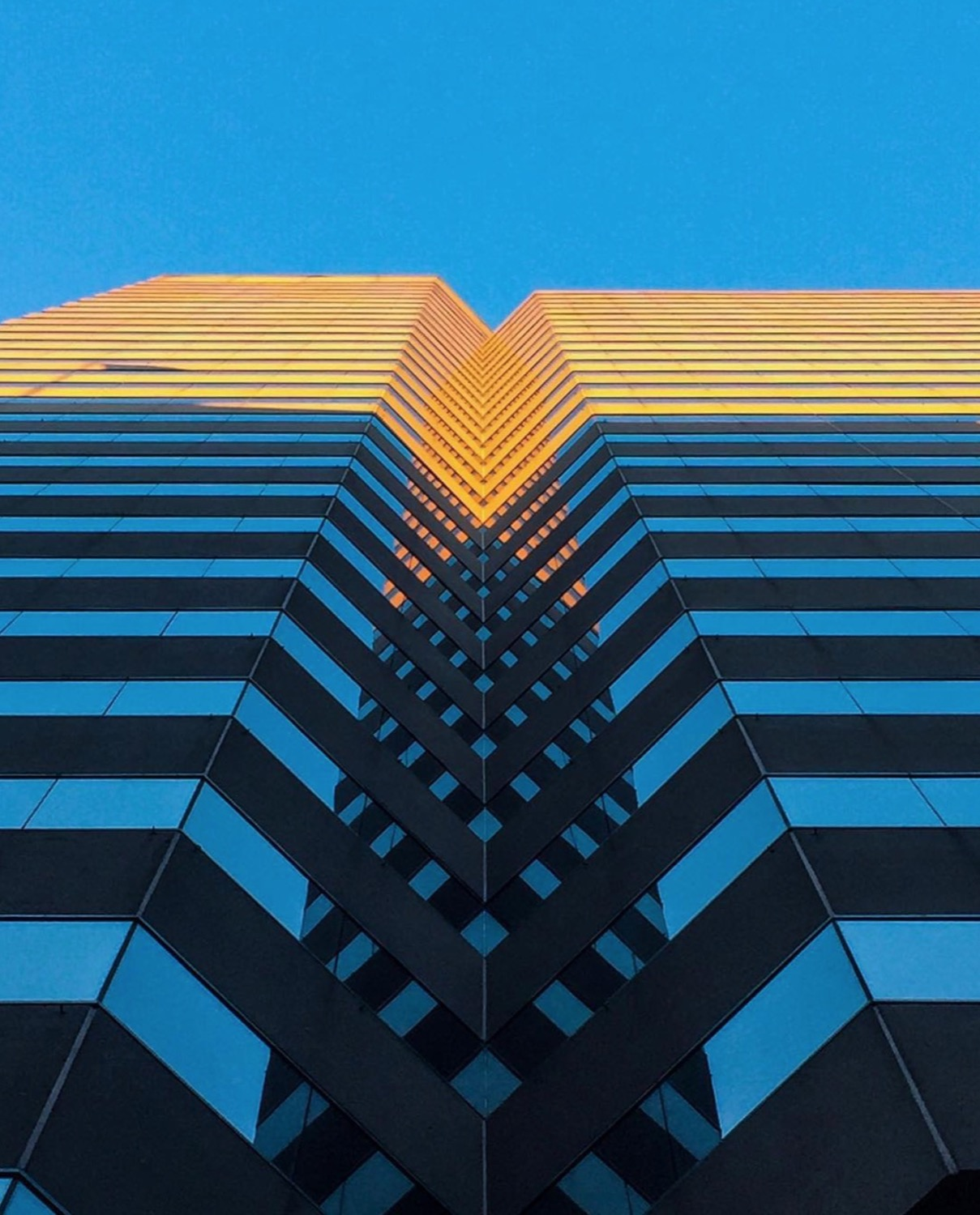 Image: IG user @kbhartworks / Post: Symmetry in color contrast. // Published: 12.17.16
