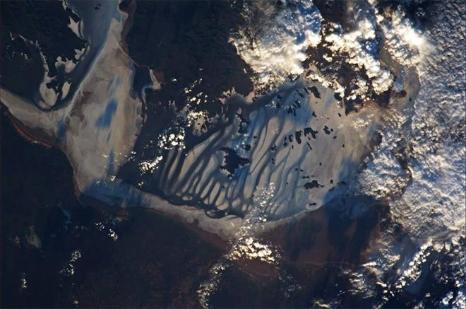 The long shadows at sunrise mimic the water flowing in the sand, in southern Australia (Photo & Caption: Luca Parmitano, NASA)