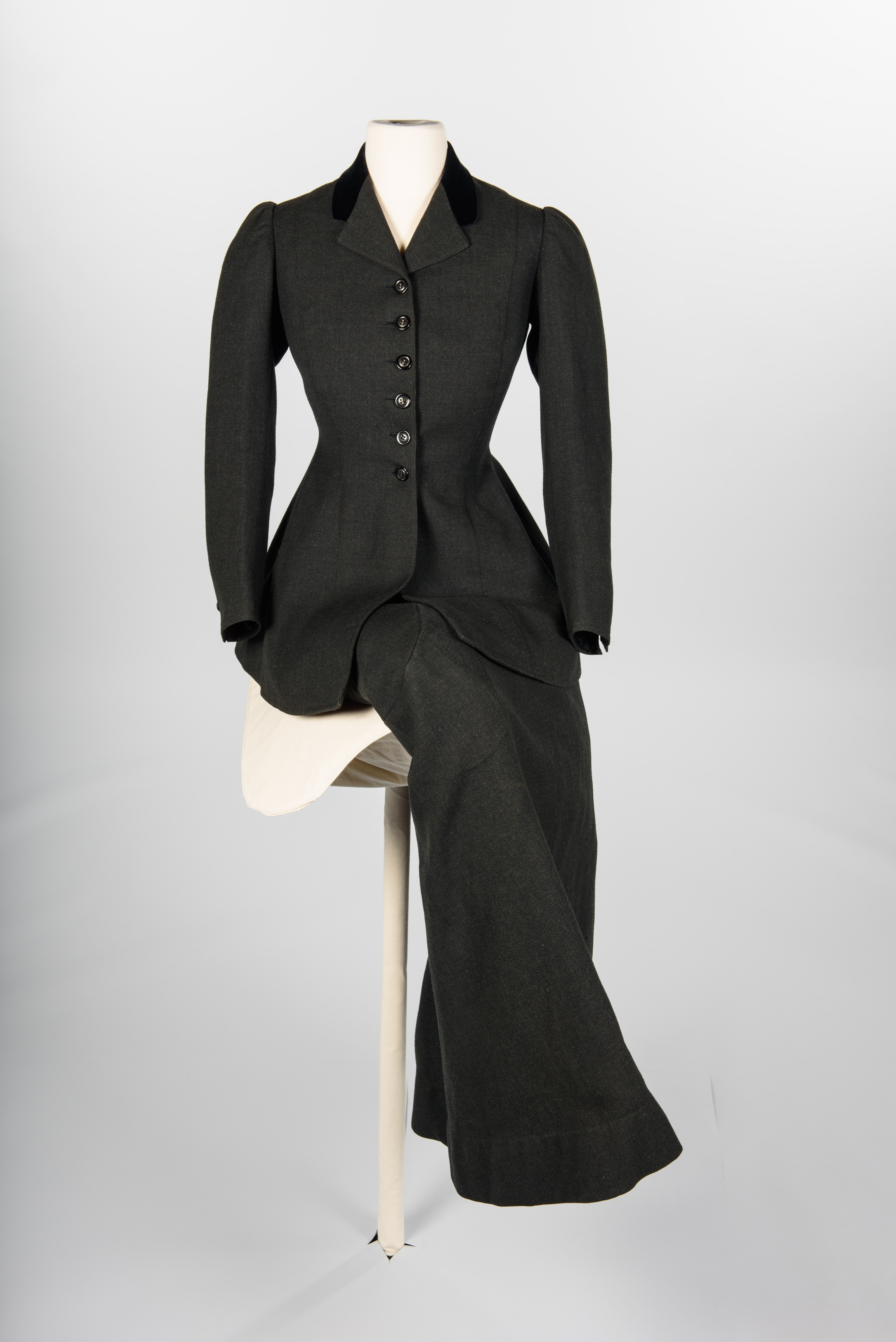 Sidesaddle riding habit, 1907, Shogren, Portland, maker. Copyright MOHAI Collection.{ }